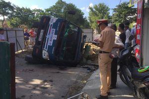 Huế: Xe tải nằm gọn trong công trình giữa phố, 2 người nhập viện