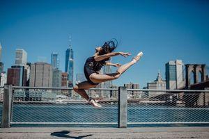 Gặp cô gái trong bộ ảnh múa ballet đẹp say lòng trên đường phố Mỹ gây sốt mạng: 15 tuổi đã tỏa sáng rực rỡ