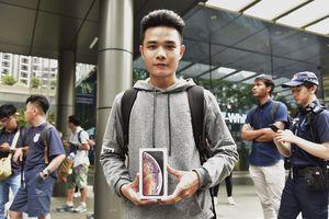 Anh chàng Việt Nam đội mưa và xếp hàng 24 tiếng để mua iPhone Xs lên báo nước ngoài