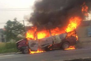 Hà Tĩnh: Mất lái, xe ô tô 16 chỗ đâm dải phân cách, bốc cháy dữ dội