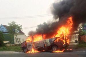 Ô tô khách 16 chỗ cháy rụi sau khi tự gây tai nạn
