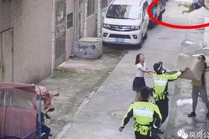 Khoảnh khắc cảnh sát và người đi đường dùng chiếu 'hứng' được bé trai lơ lửng trên dây điện rồi rơi xuống