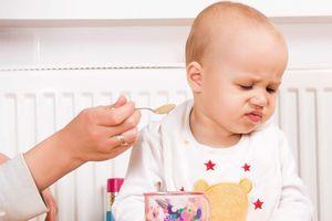 Để trẻ đói sẽ tự ăn, đúng hay sai?