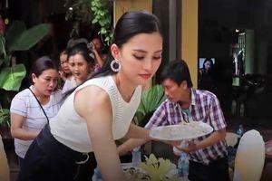 Hoa hậu Tiểu Vy tất bật bày biện cỗ mừng tại nhà riêng ở phố cổ Hội An