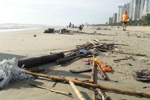 Hơn 8 km bờ biển Đà Nẵng ngập rác sau mưa