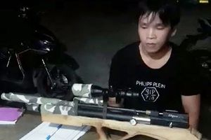 Trai làng 'thủ' súng tự chế 'đi chơi' tối