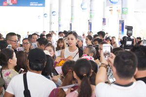 Đông đảo bà con Hội An đón chào tân hoa hậu Trần Tiểu Vy