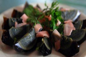 'Trứng thế kỷ' món ăn được chôn dưới đất hàng trăm năm được người Việt rất yêu thích