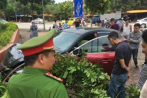 Vừa bị phạt 22,5 triệu, Mazda3 náo loạn Cầu Diễn lại gây tai nạn