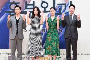 'Cô quản gia Thu' cùng Seo Ji Hye khoe sắc bên 'tài tử' Goo Soo và Uhm Ki Joon tại họp báo 'Two Lives One Heart'