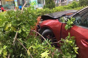 Vừa bị phạt hơn 22 triệu đồng về hành vi lạng lách… ô tô Mazda 3 tiếp tục gây tai nạn, đầu xe biến dạng