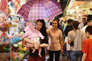 Đội mưa lớn, dân Sài Gòn đổ về phố lồng đèn Lương Nhữ Học để vui chơi Trung thu sớm