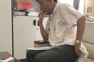 Bác sĩ vô tư hút thuốc lá trong bệnh viện Bạch Mai