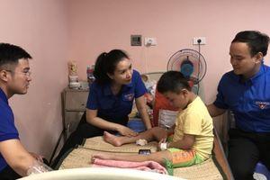 Thành đoàn Hà Nội tặng quà bệnh nhi có hoàn cảnh đặc biệt khó khăn dịp Tết Trung thu