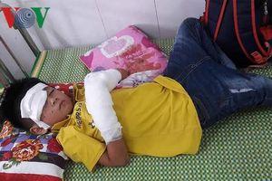 Điện thoại phát nổ, bé trai bị dập nát hai bàn tay
