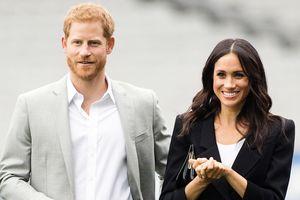Hoàng tử Harry gây sốt với cử chỉ ngọt ngào dành cho vợ
