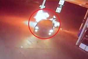 Clip: Cây xăng đóng cửa, khách hàng lùi ô tô đâm trụ xăng bốc cháy