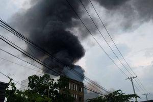 TP HCM: Xưởng sản xuất chổi cháy lớn, cột khói đen cao hàng chục mét