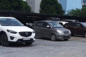 Vì sao phường Dịch Vọng không xử lý bãi xe 'nhảy dù' vào đất công?