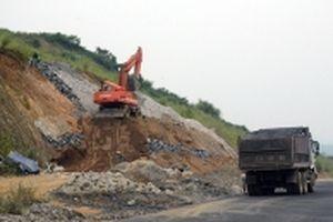 Thi công 'nước rút' tuyến đường Hòa Lạc - Hòa Bình