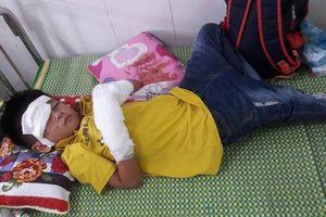 Nghệ An: Điện thoại phát nổ khi đang sạc làm bé trai 7 tuổi bị dập nát 2 bàn tay