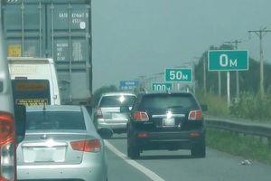 Chạy bạt mạng trong làn khẩn cấp trên cao tốc