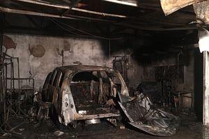 Lửa cháy dữ dội thiêu rụi gara ô tô trong đêm