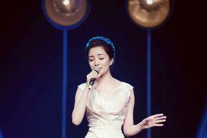 Phạm Thu Hà hát cùng ban nhạc rock trong liveshow đầu tiên