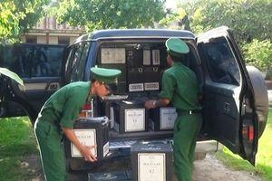 Tài xế ô tô chở hàng trăm chai rượu ngoại, giá nửa tỷ bỏ trốn khi bị phát hiện
