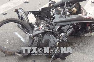 Xe máy chở 4 người đâm vào ô tô ngược chiều, 1 người tử vong tại chỗ