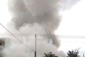 TP.HCM: Khu sản xuất chổi lau cháy lớn, người dân bất chấp nguy hiểm di tản tài sản