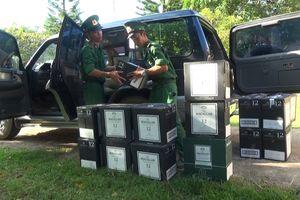 Bị kiểm tra, tài xế vứt gần 500 chai rượu nhãn Macallan tẩu thoát