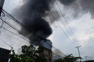 Cháy lớn kho xưởng ở Sài Gòn, khói đen bốc lên hàng chục mét thiêu rụi nhiều tài sản