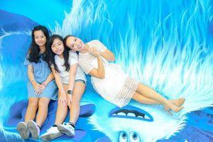 Thúy Hạnh đưa 2 con gái đi xem phim hoạt hình 'bom tấn'