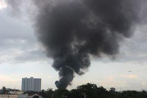 TP.HCM: Cháy xưởng sản xuất chổi lau, khói bốc cao trăm mét