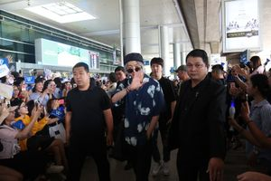 Hàng ngàn người hâm mộ đến sân bay đón nhóm nhạc Hàn Quốc WINNER
