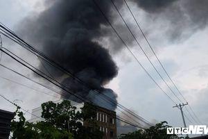 Cháy lớn xưởng sản xuất chổi ở TP.HCM, khói đen cuồn cuộn phủ kín trời