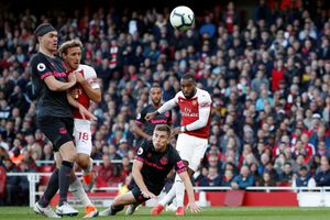 Song sát Lacazette, Aubameyang lập công, Arsenal tiến gần top 4