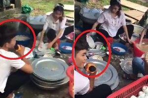 Clip: Chồng cầm mic hát nịnh vợ rửa bát khiến dân mạng tranh cãi