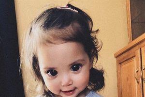 Sự thật đằng sau đôi mắt đen tuyền của bé gái 2 tuổi