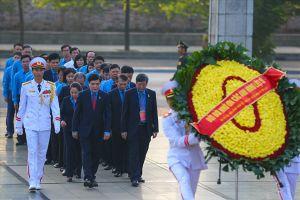 Đoàn Chủ tịch Tổng LĐLĐVN viếng Chủ tịch Hồ Chí Minh và dâng hương tưởng niệm các Anh hùng liệt sĩ