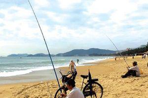 Ngày cá áp bờ, cần thủ ùn ùn đổ ra bờ biển La Gi