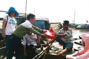 Trao quà Trung thu cho trẻ làng chài sông Hồng