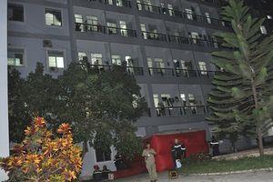 Người đàn ông trèo lên lan can bệnh viện dọa nhảy lầu