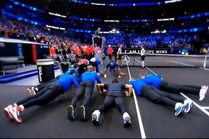 Federer, Djokovic hít đất ăn mừng chiến thắng ở Laver Cup