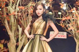Á hậu Thanh Trang làm vedette trên sàn catwalk đầy lá mùa thu