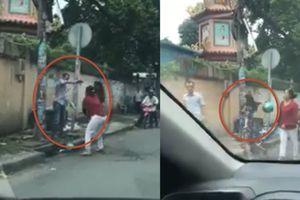 SH va chạm ô tô, 2 phụ nữ rượt đánh người đàn ông trước chùa ở TP.HCM