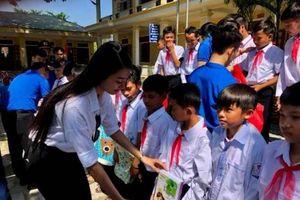 Người đẹp tài năng HHVN tặng quà Trung thu cho trẻ em vùng lũ