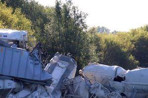 Clip: Hiện trường đổ nát của một vụ tàu chở hàng trật bánh ở Mỹ
