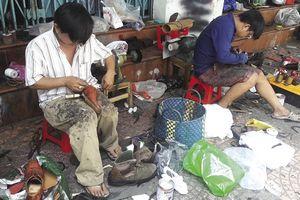 Góc phố Sài Gòn lặng lẽ với nghề sửa giày